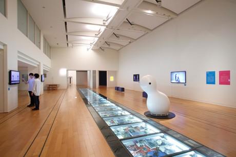 オープン以来、さまざまなメディア・アート作品を紹介してきた同館(写真=NTTインターコミュニケーション・センター [ICC]「オープン・スペース 2012」展 展示風景)撮影:木奥恵三