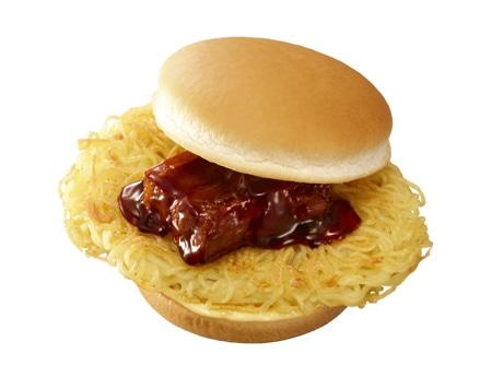 「替え玉」も可能な「麺屋武蔵ラーメンバーガー」。特製スープも付いてくる