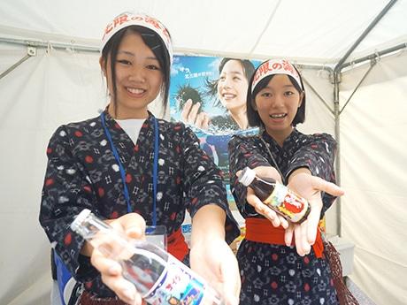 「高校生海女クラブ」に所属する中川沙耶さん(左)と中野百瑛さん(右)