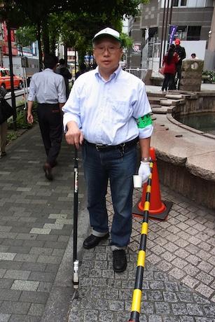 「ガム取り棒」を持つ荻野善昭さん