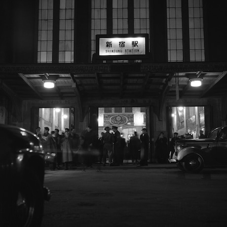 昭和20年代後半のJR新宿駅東口玄関(新宿区立新宿歴史博物館所蔵)