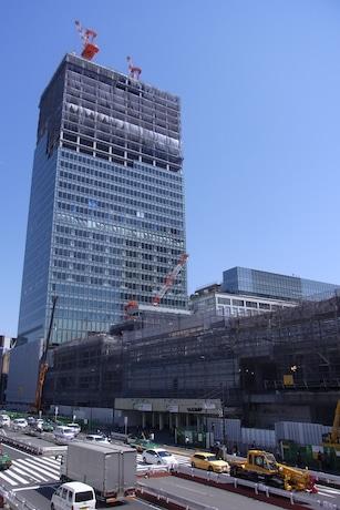 新宿駅新南口ビル(奥)と新宿交通結節点(手前)。ガラスカーテンウォールが22階ほどまで設置されている