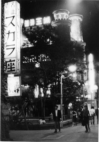 1964(昭和39)年の歌舞伎町の様子。名曲喫茶スカラ座と喫茶珈琲王城が見える(新宿歴史博物館所蔵)