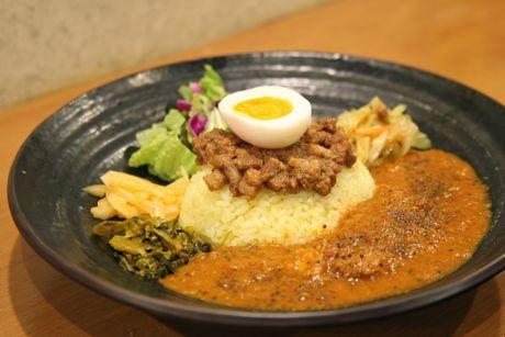 大久保にある「魯珈」の「ろかプレート」。カレーと魯肉飯を一皿で提供する