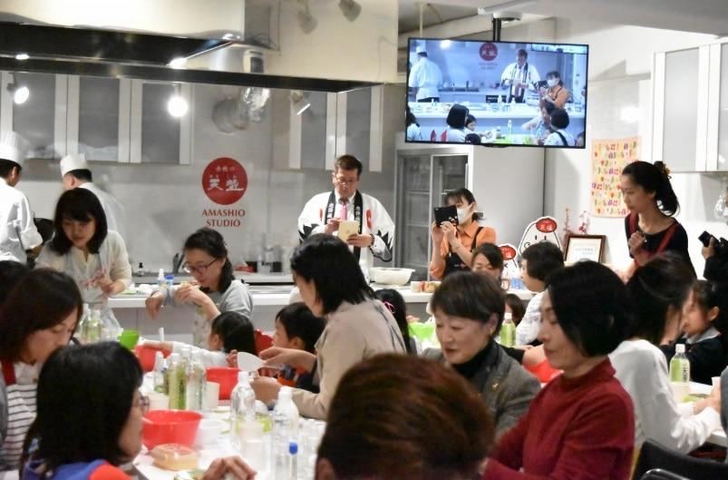 「和を結ぶ」をテーマに、塩むすびの他、味噌まんじゅうなどの手作り体験を楽しむ参加者たち。