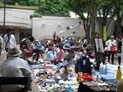 新宿三井ビルでフリーマーケット アクセサリーや苔玉などの手作り品が人気
