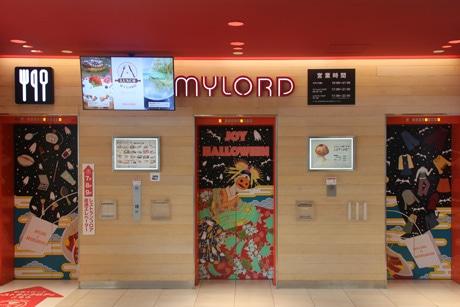 ハロウィーンの装飾が展示された1階のエレベーター。施設内合計27面(1フロア3面、9フロア)で見られる