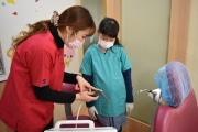 四谷の歯科衛生専門学校で小学生向け「歯医者体験」