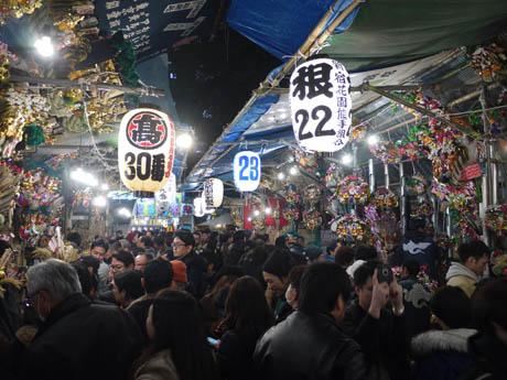 写真は昨年の「大酉祭」の様子。今年も新宿花園熊手組合の露店が並ぶ