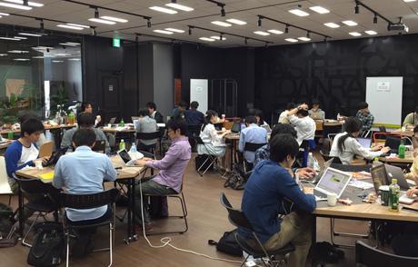 プログラミングのほか、電子工作、デザイン、読書などをする参加者もいる