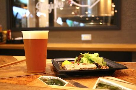 「ビール工房 新宿」で提供する自家醸造のビールと自家製の肉料理(イメージ)