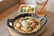 「ドリア&グラタンなつめ」のメニュー「ミートとなすのジェノヴァ ドリア」に半熟卵をトッピング。サラダ&ドリンクセット