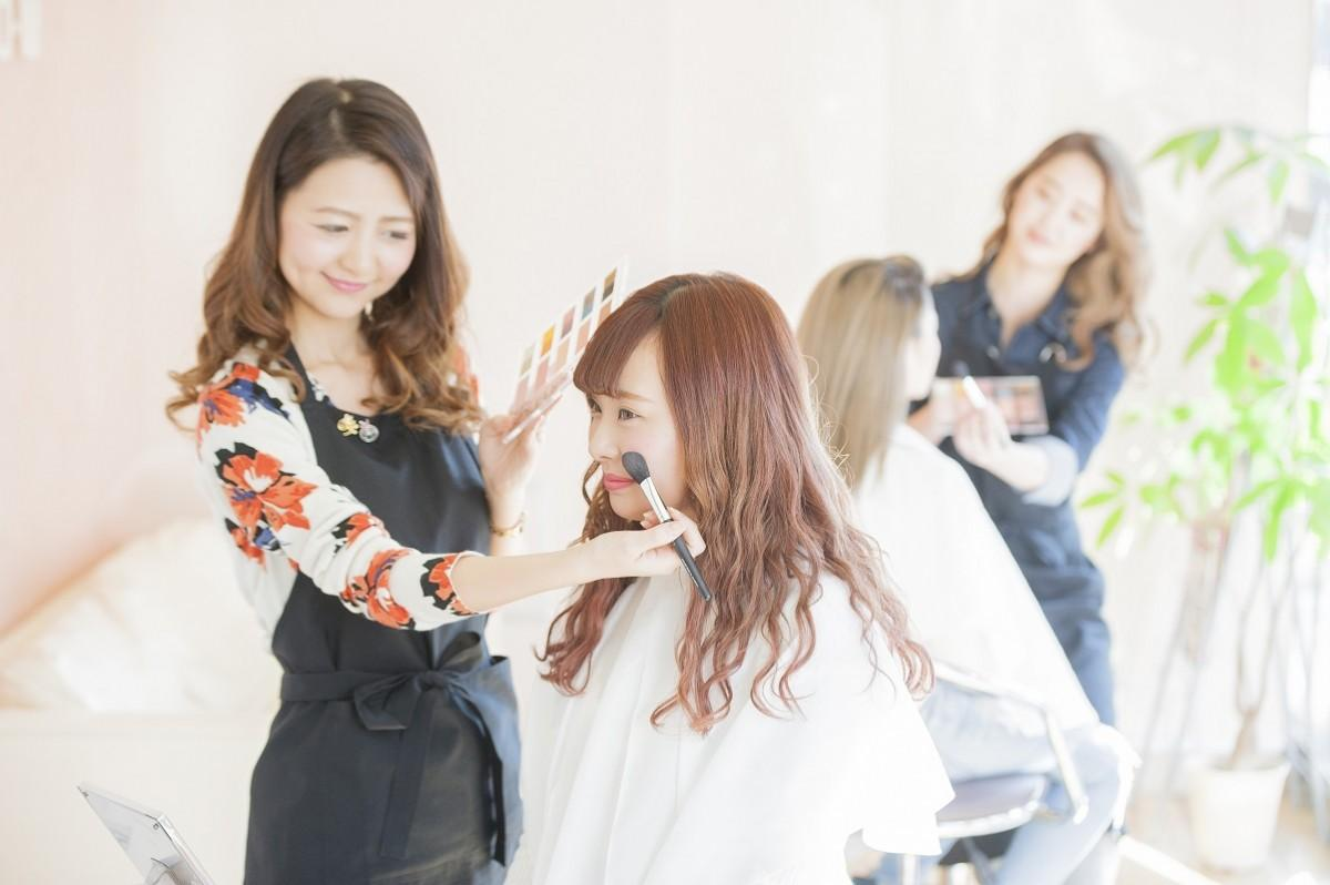 早稲田美容専門学校で小学生とその親を対象に「おしゃれメーキャップ体験」