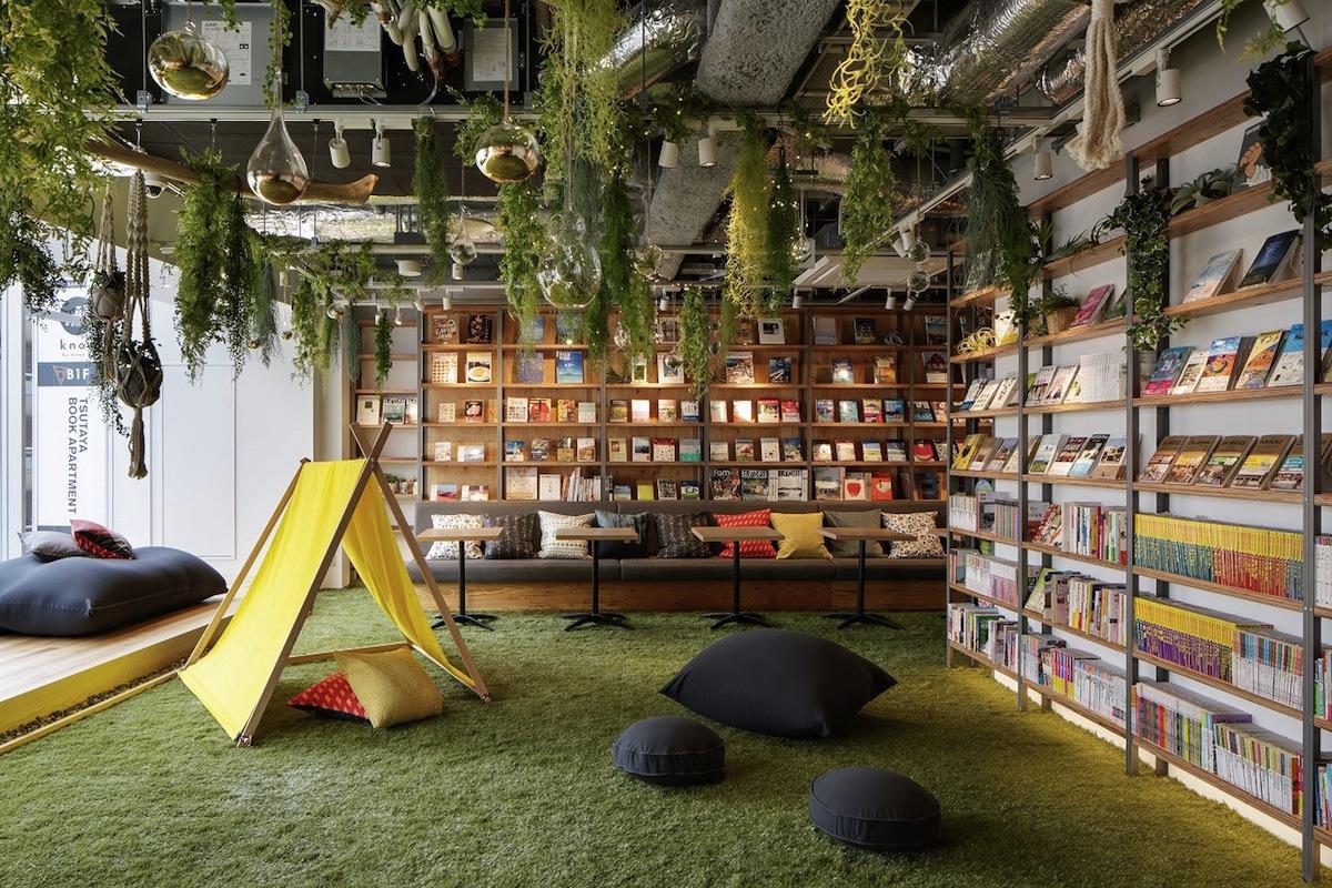 新宿にオープンした「ツタヤ ブック アパートメント」5階。グランピングをイメージしたリラックススペースの様子