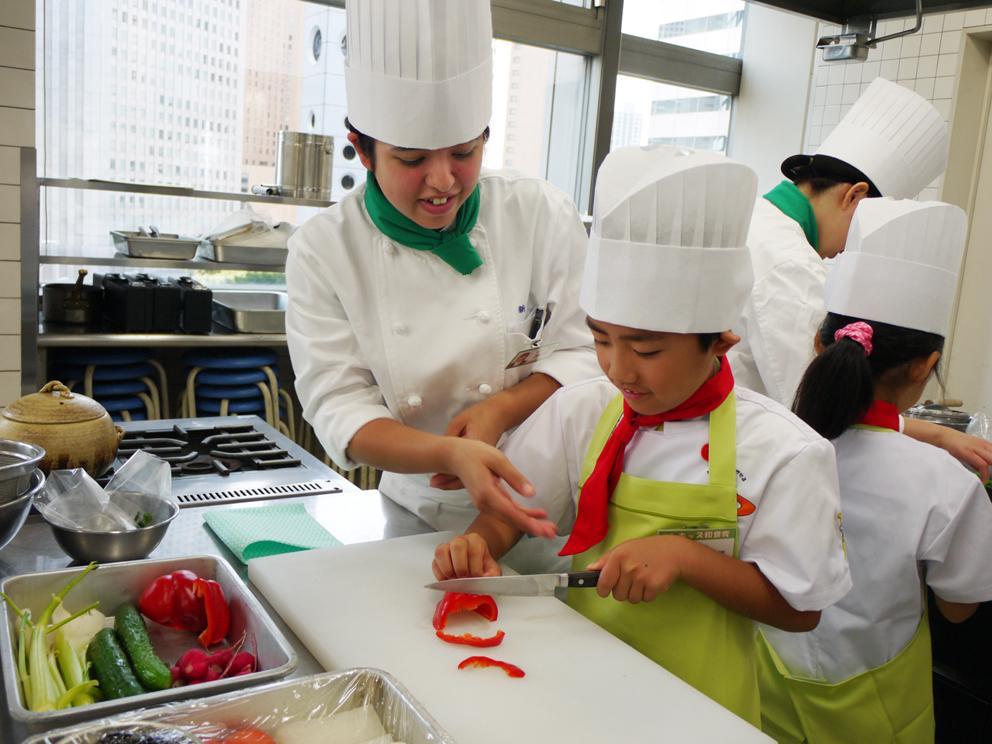 新宿調理師専門学校で児童向け「調理師体験」