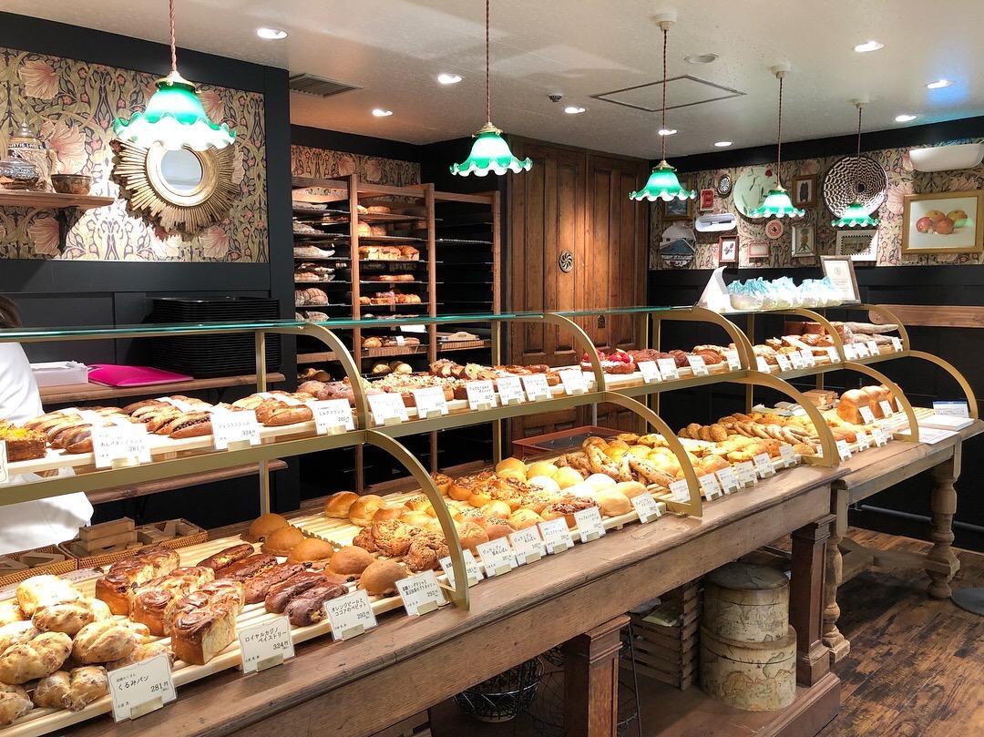 京王百貨店新宿店内にオープンした「ジュウニブン ベーカリー」。アンティークの什器などを使った内観