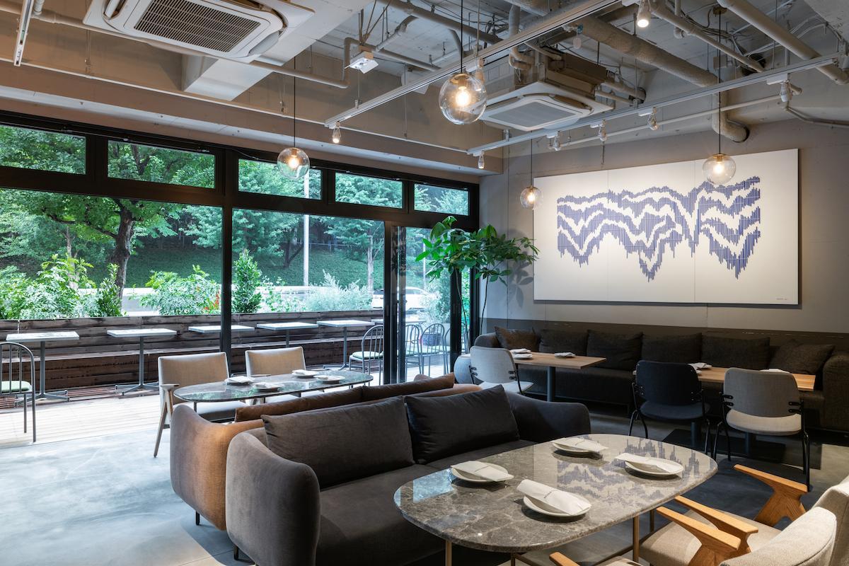 「THE KNOT TOKYO Shinjuku」1階の「MORETHAN DINING-TAPAS LOUNGE-」。窓の外には公園の緑が広がる