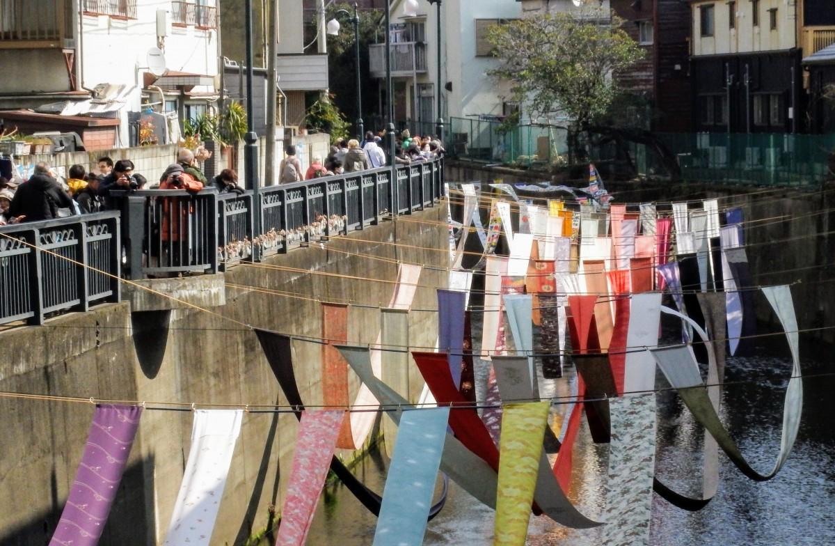 毎年恒例の「川のギャラリー」。約300メートルにわたって川面に反物を展示する(写真=染の小道実行委員会)