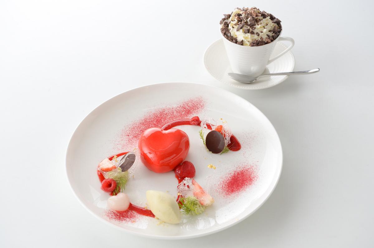 「ハタケカフェ」で提供する「ナイルに死すセット」。ハート型のイチゴムースにピスタチオアイスを添えたもの。ホットチョコレート付きで2,500円