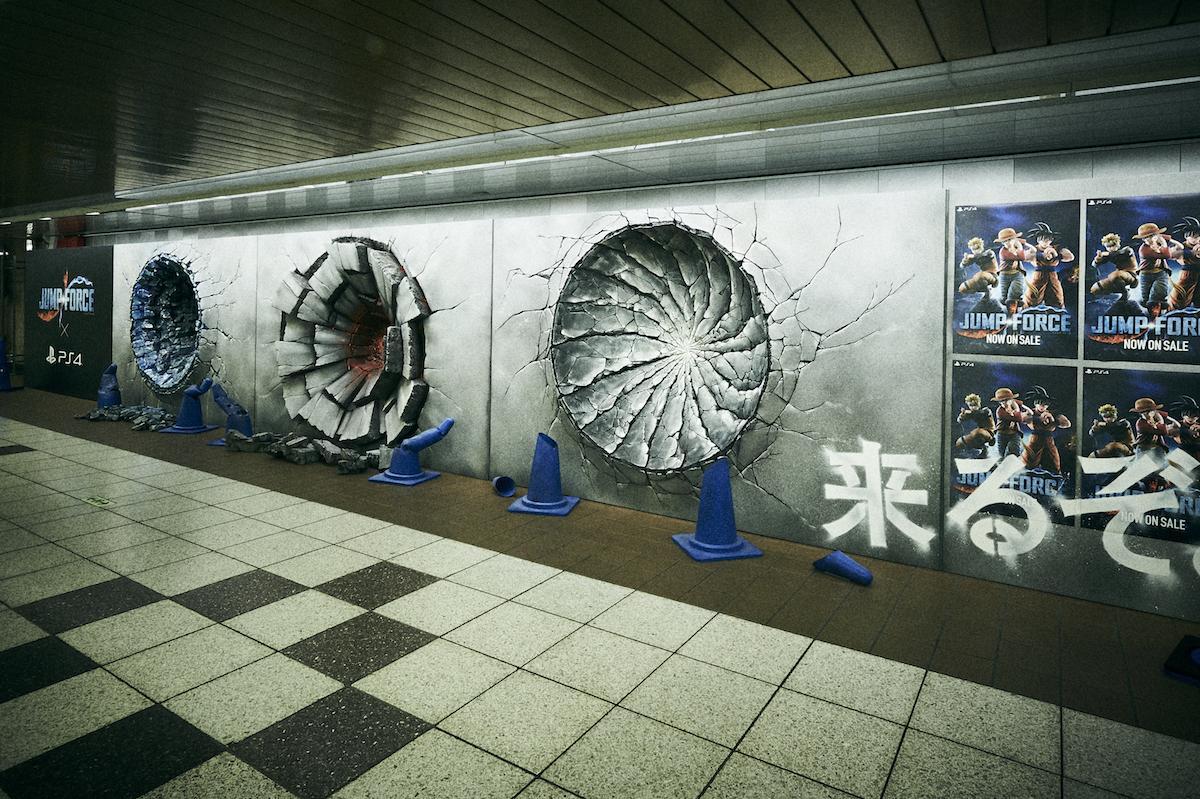 新宿駅メトロプロムナードに出現した「壁の穴」 ©JUMP 50th Anniversary ©BANDAI NAMCO Entertainment Inc.