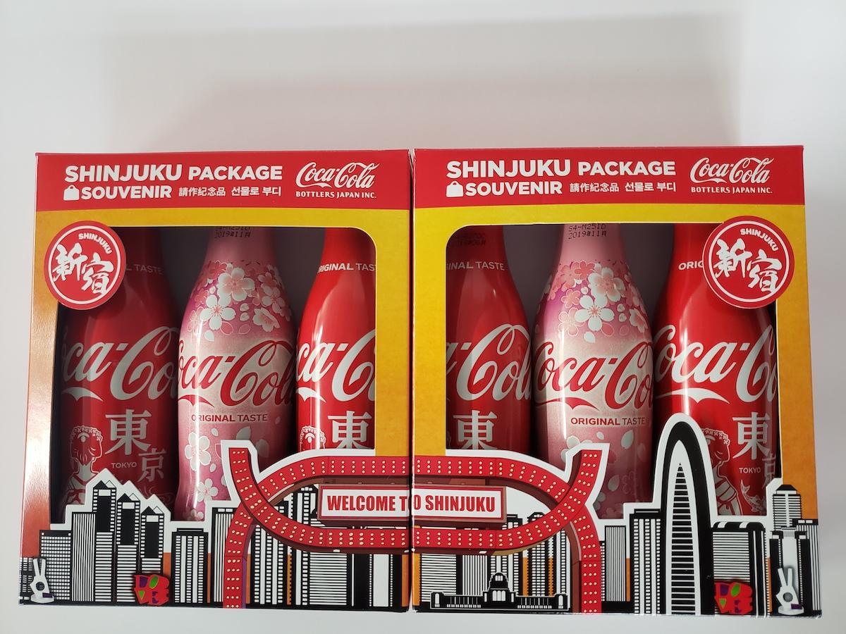 新宿観光案内所に登場した「コカ・コーラ」スリムボトル新宿オリジナルBOX