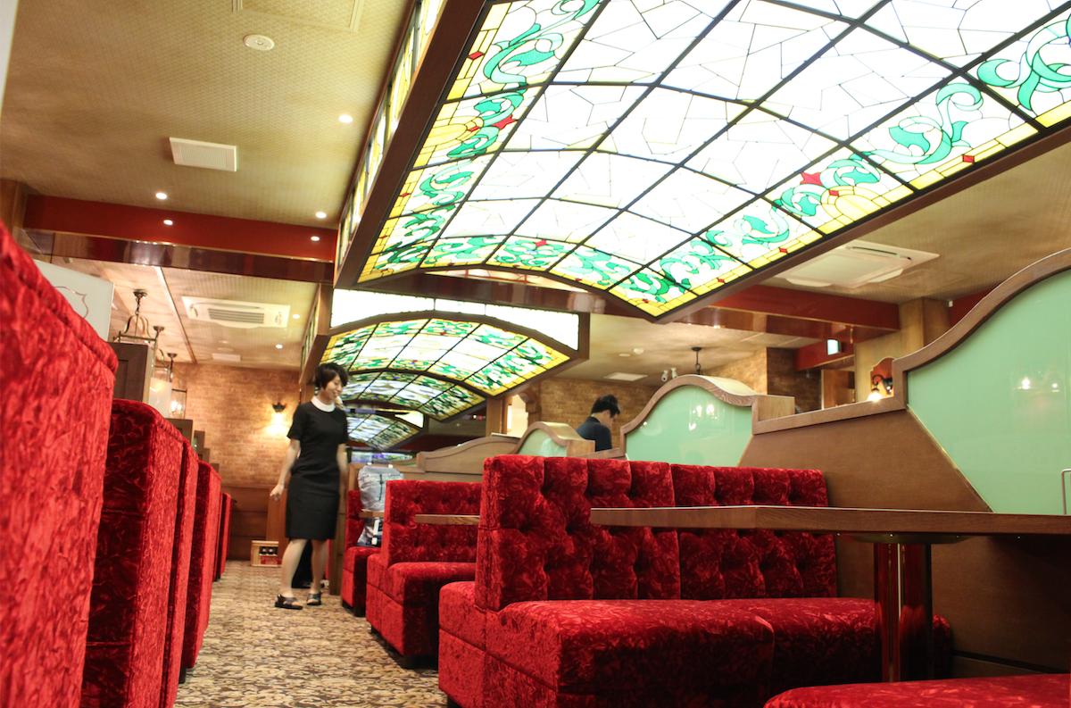 西新宿にオープンした「COFFEE 西武」の内観。Wi-fiを完備し、コンセントも多数配置する