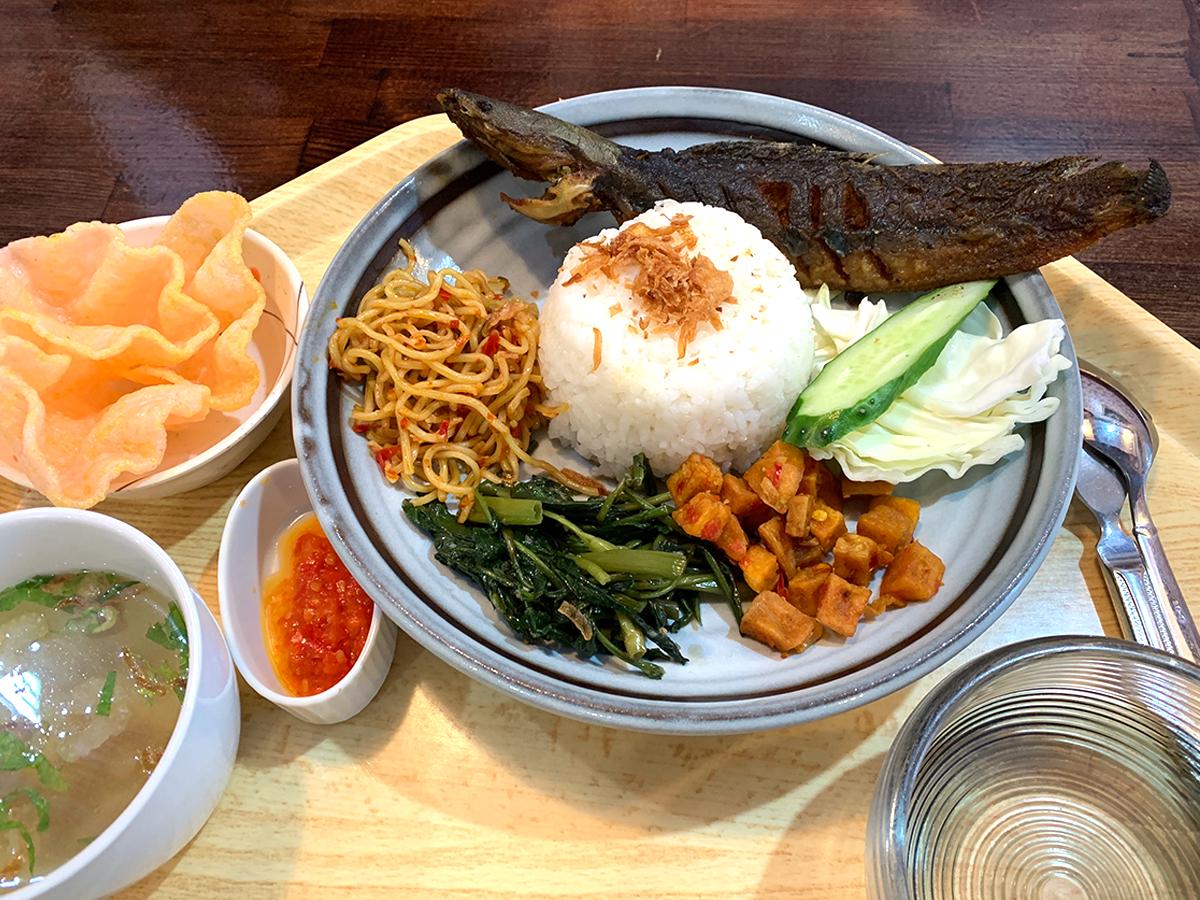 ナシチャンプル式のジャワ料理は手で食べる文化のためフィンガーボールも付属