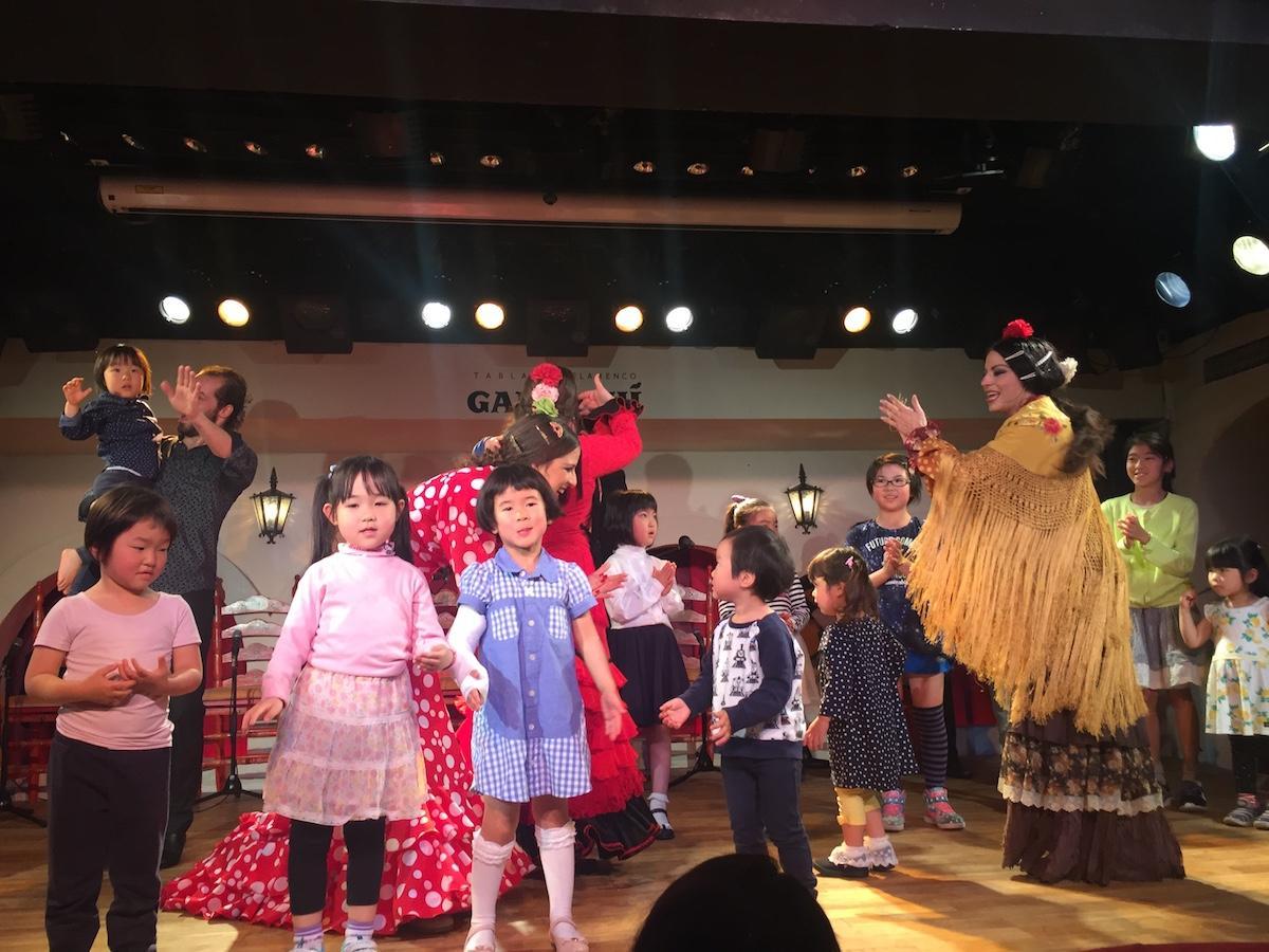 過去に行われたイベントで、舞台に上がりアーティストと踊りを楽しむ様子