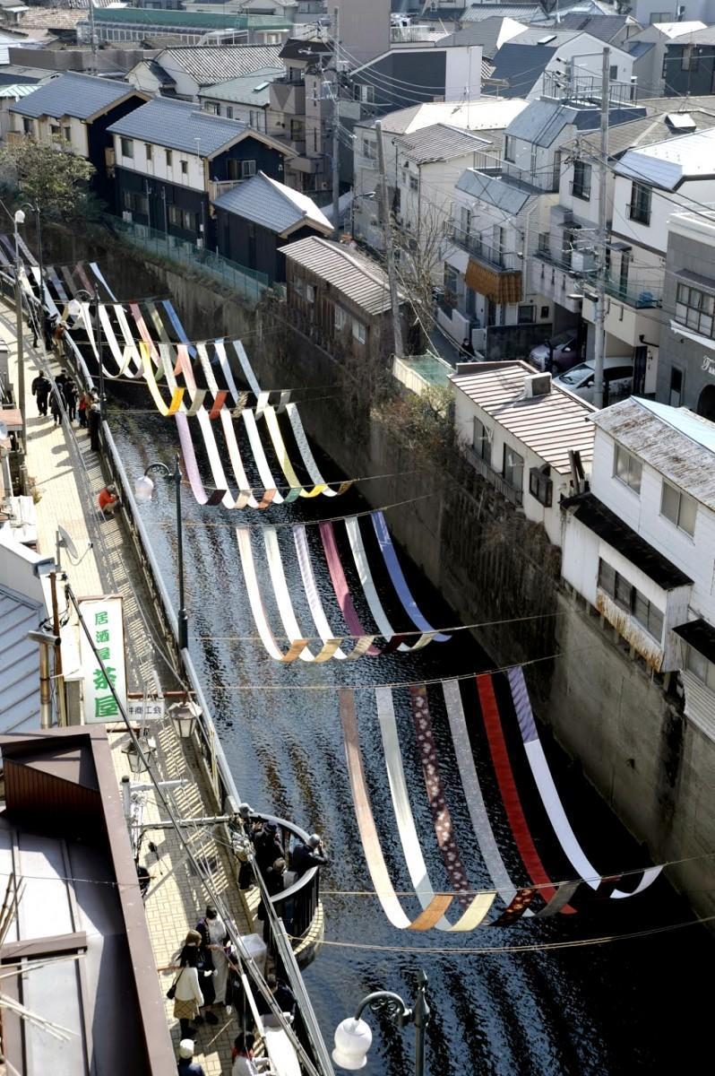 神田川に合流する妙正寺川に架けられる色とりどりの反物(写真=染の小道実行委員会)