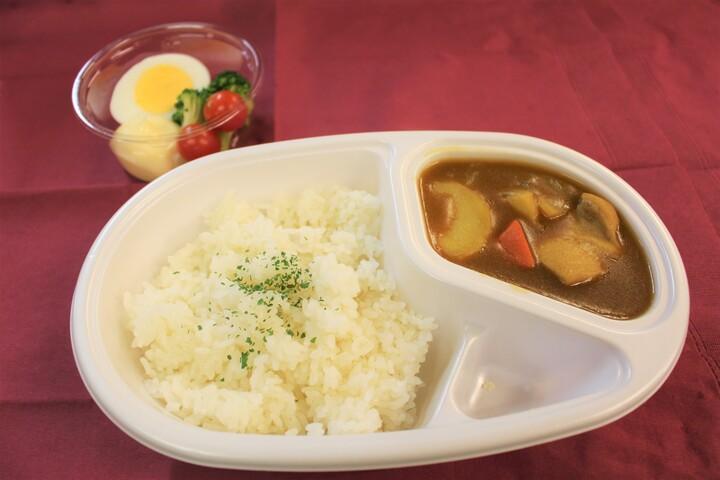 「パセラこども食堂」で提供するテークアウトのカレーセット