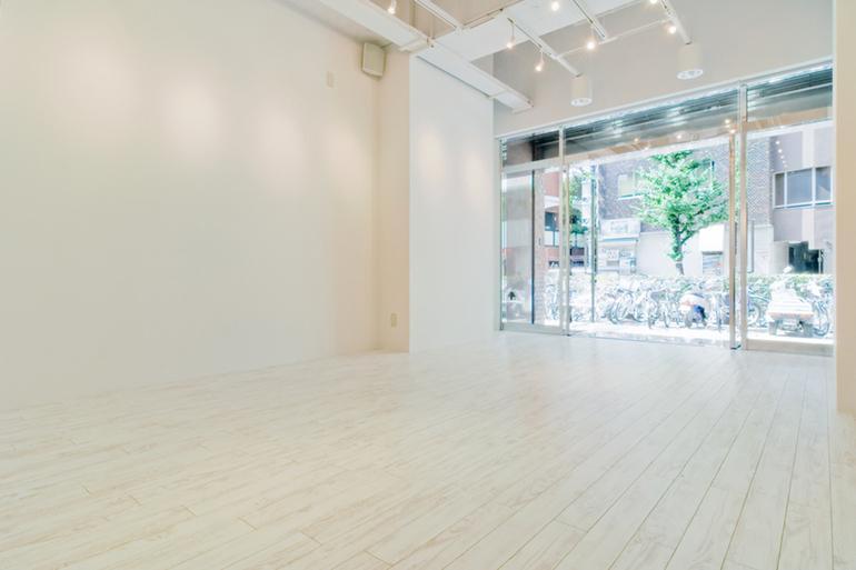 「新宿眼科画廊」1階スペースの内観