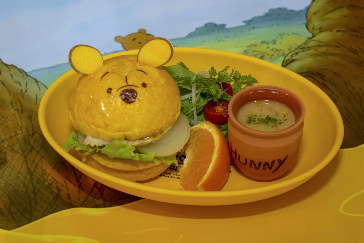 """「『プーさん』ほんのりはちみつバーガー」(写真提供:レッグス) © Disney. Based on the """"Winnie the Pooh"""" works by A.A. Milne and E.H. Shepard."""