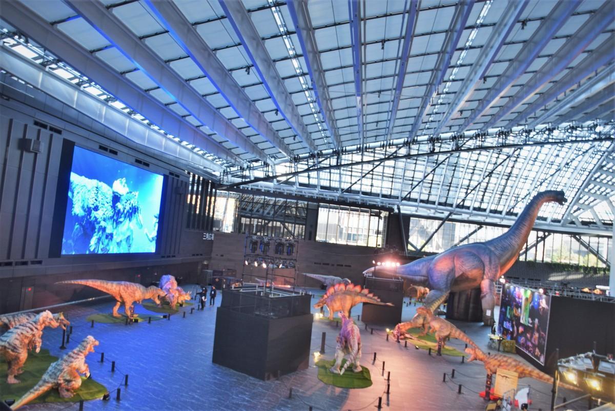 新宿住友ビル三角広場に並ぶ「DINO-A-LIVE(ディノアライブ)」の恐竜