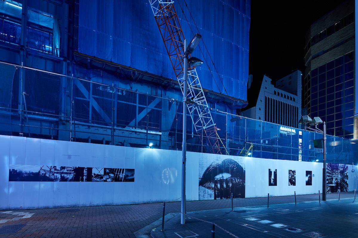 「新宿アートウォールプロジェクト」に展示された写真家・森山大道さんの写真作品群