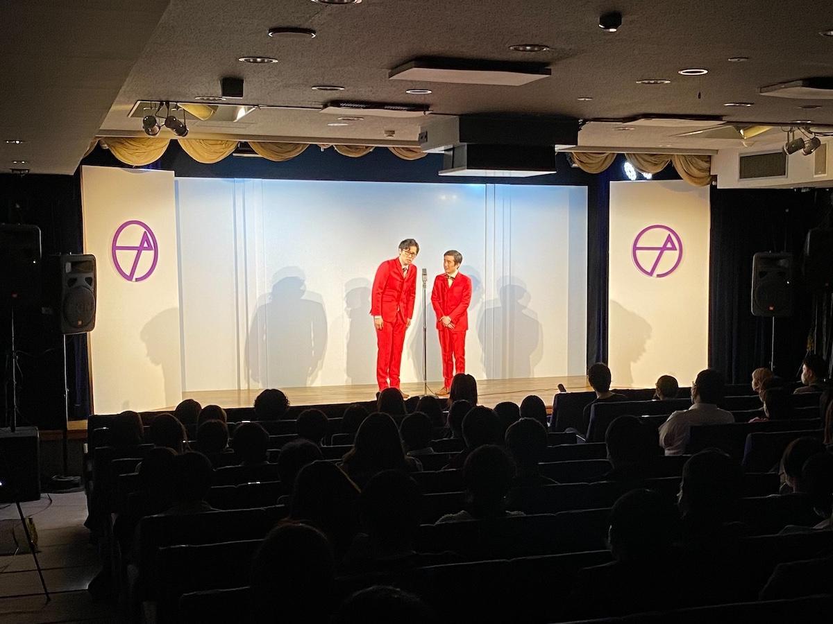 オープンしたての「ナルゲキ」の舞台に立つ、K-PRO所属のコンビ芸人「おせつときょうた」
