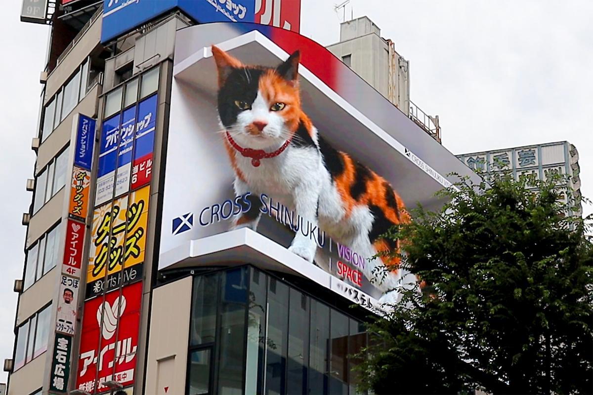 「クロス新宿ビジョン」に映し出された3D動画「巨大猫」。インバウンドも多い新宿で「和を感じられる毛色」にと三毛猫になった