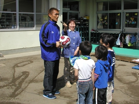 園児に第1号「名良橋ボール」を渡す名良橋選手