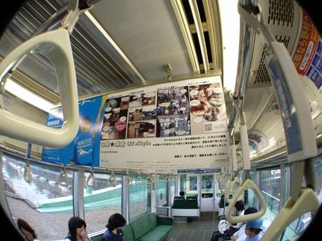 江ノ電車内中吊りギャラリーに展示される学生の作品