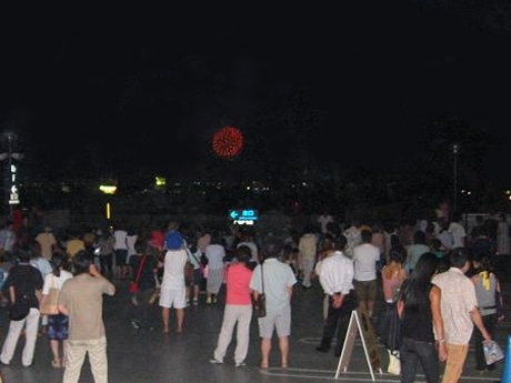 「江の島花火大会」を見物に大勢の人が集まった(2006年)