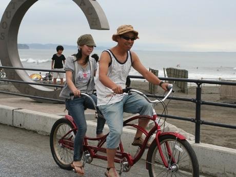 湘南サイクリングロードをタンデム自転車で快走する親子