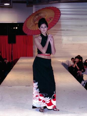 イベントの着物をリメークした衣装を製作する萩原さんの作品(2002年:バンクーバー)