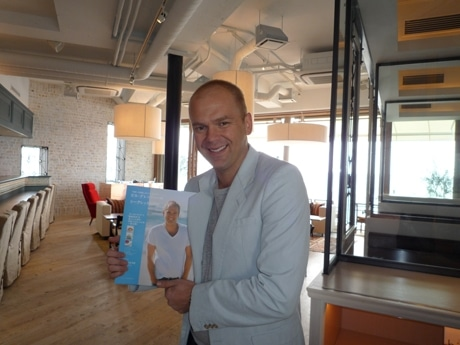 3月21日にランダムハウス講談社より発売した初の日本語版「ビル・グレンジャーのシークレットレシピ」(1,400円)(bills七里ヶ浜のラウンジで)