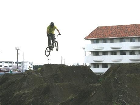 BMXの元祖、ドロで出来たコースを走ったり飛んだりする「ダート」が公園内に完成