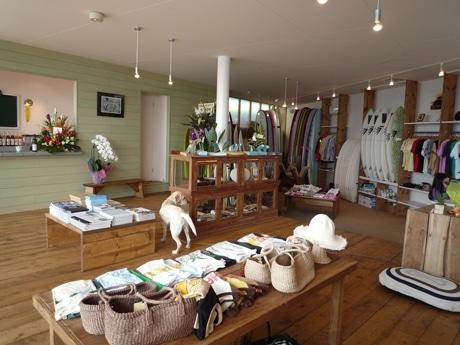 看板犬のラブラドール・レトリバーが常駐する海に面した明るい店内