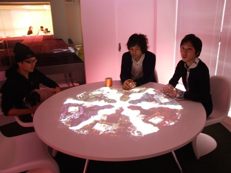 会議室のテーブル上に会議中の関連情報が投影される