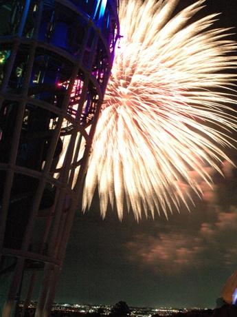 キャプション:展望灯台サンセットテラスから見る花火