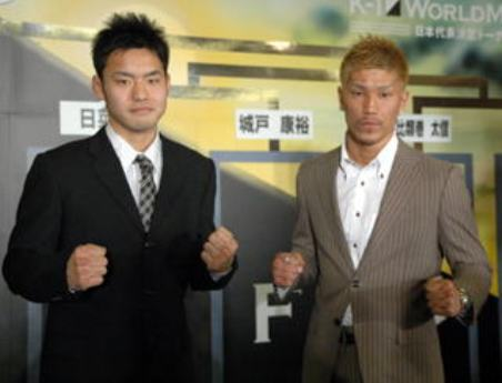 抽選方式で対戦相手が決まった日菜太選手(左)と城戸康裕選手