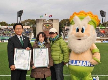 ベルマーレ眞壁社長(写真左)より「一生涯チケット」、「認定証」を贈呈された古川さん(写真左から2番目)