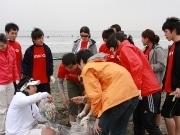 HSBC、藤沢・片瀬西浜海岸で環境美化活動-新入行員研修で