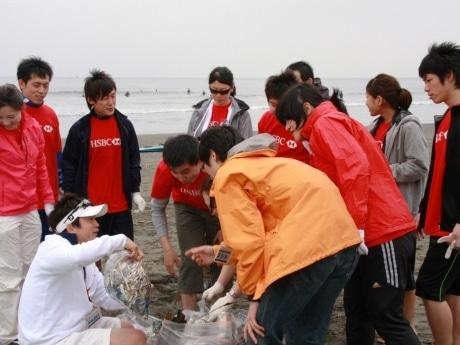 「水の流れに乗って海岸に集まるごみの多さ、種類に気づきを得た」というHSBCの新入行員